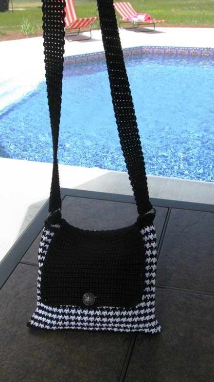 Free houndsttoth crochet tote pattern by ELK Studio